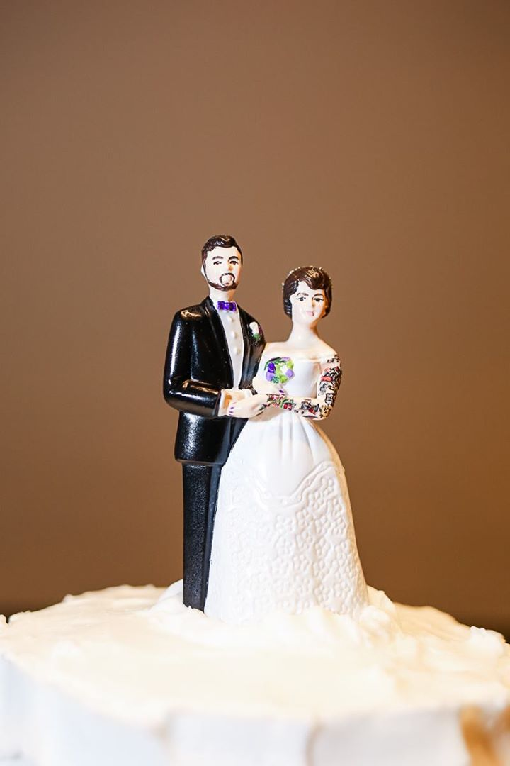 Vintage Bride Groom Lace Dress Cake Topper Figurine Brunette Couple
